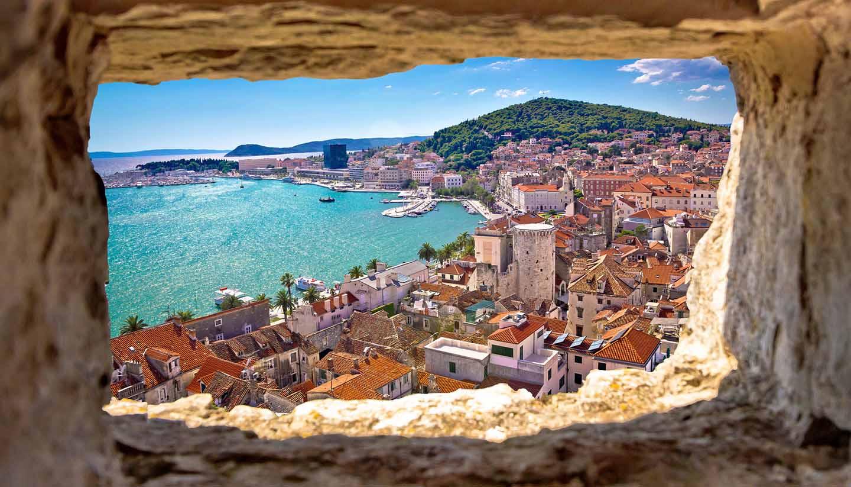 Kroatien - Split bay aerial view through stone window