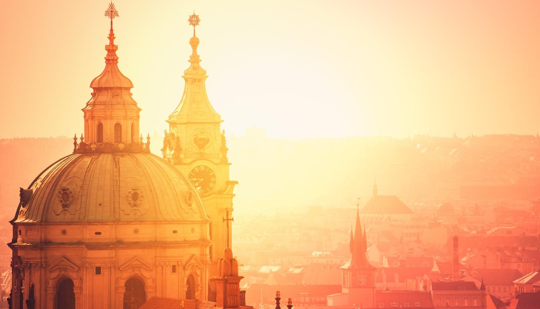 Tschechische Republik - Prague Saint Nicholas Church on Misty Morning