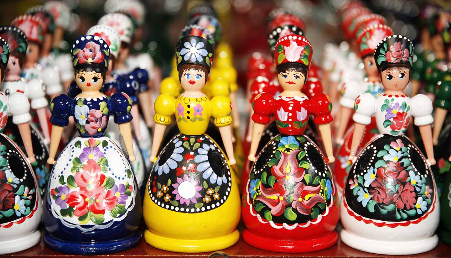 Ungarn - Wooden dolls in hungarian folk costumes as souvenir in row