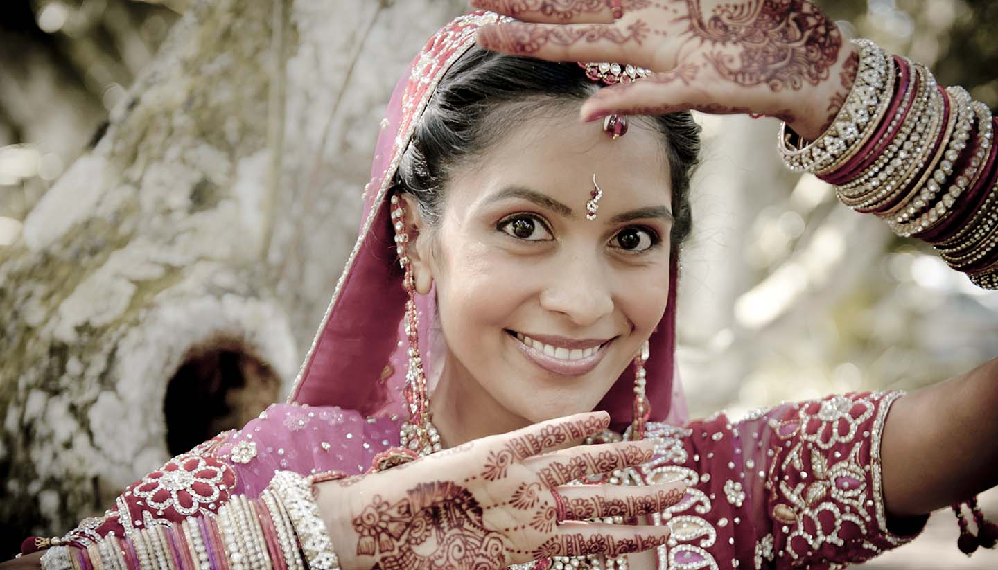 Indien - Young Indian woman with henna and a traditional dress