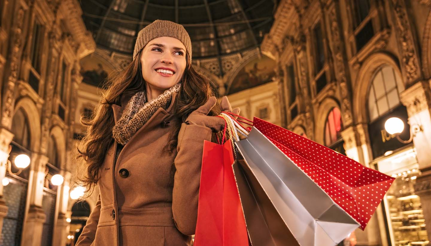 Mailand - Happy woman with shopping bags in Galleria Vittorio Emanuele II