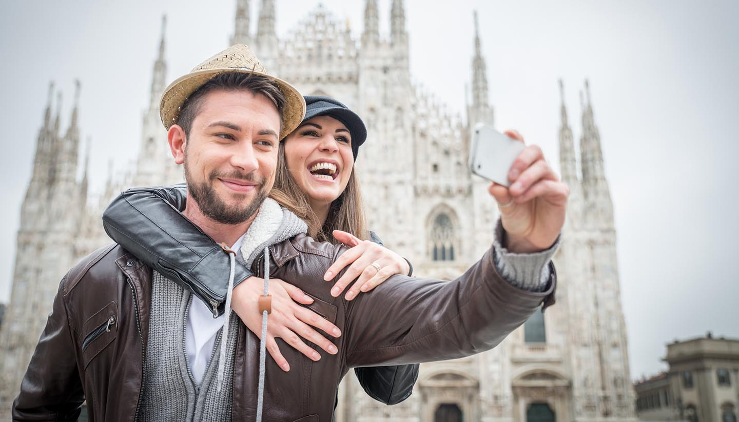 Italien - Tourists at Duomo cathedral,Milan