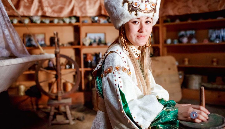 Kirgisistan - Young woman in traditional yurt dwelling
