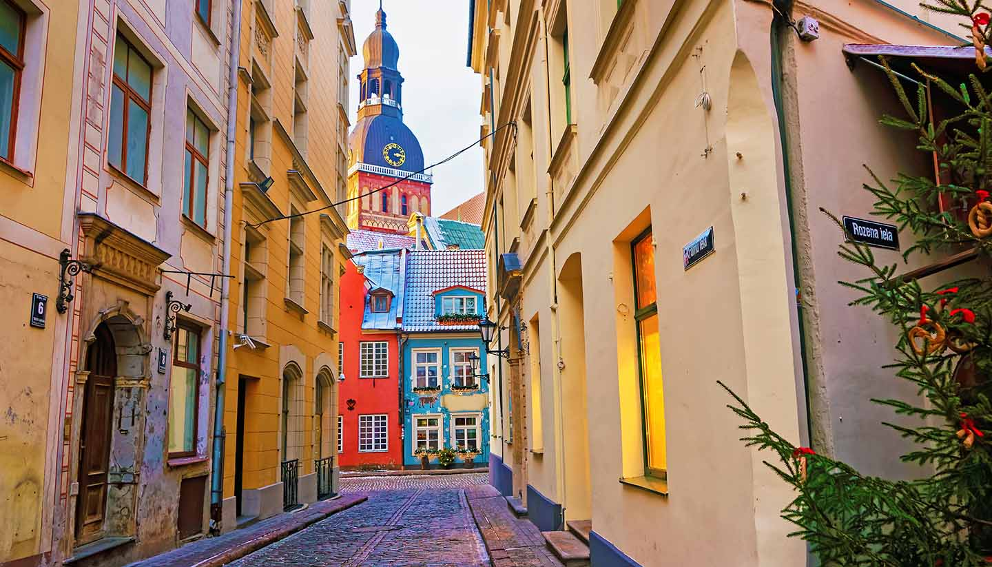 Lettland - Narrow street leading to St. Peter church in Old Riga