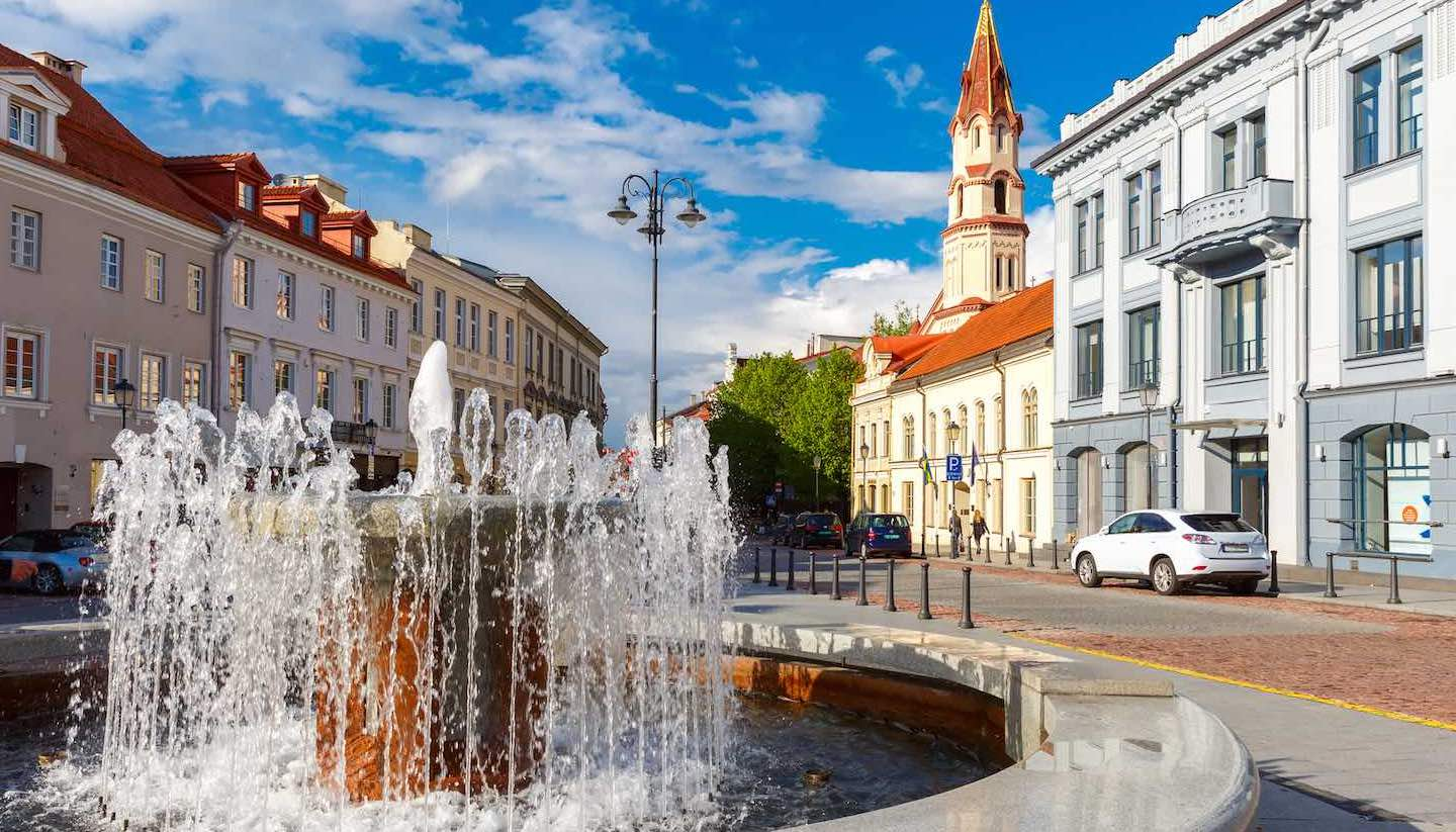 Litauen - Fountain and church, Old town Vilnius, Lithuania.