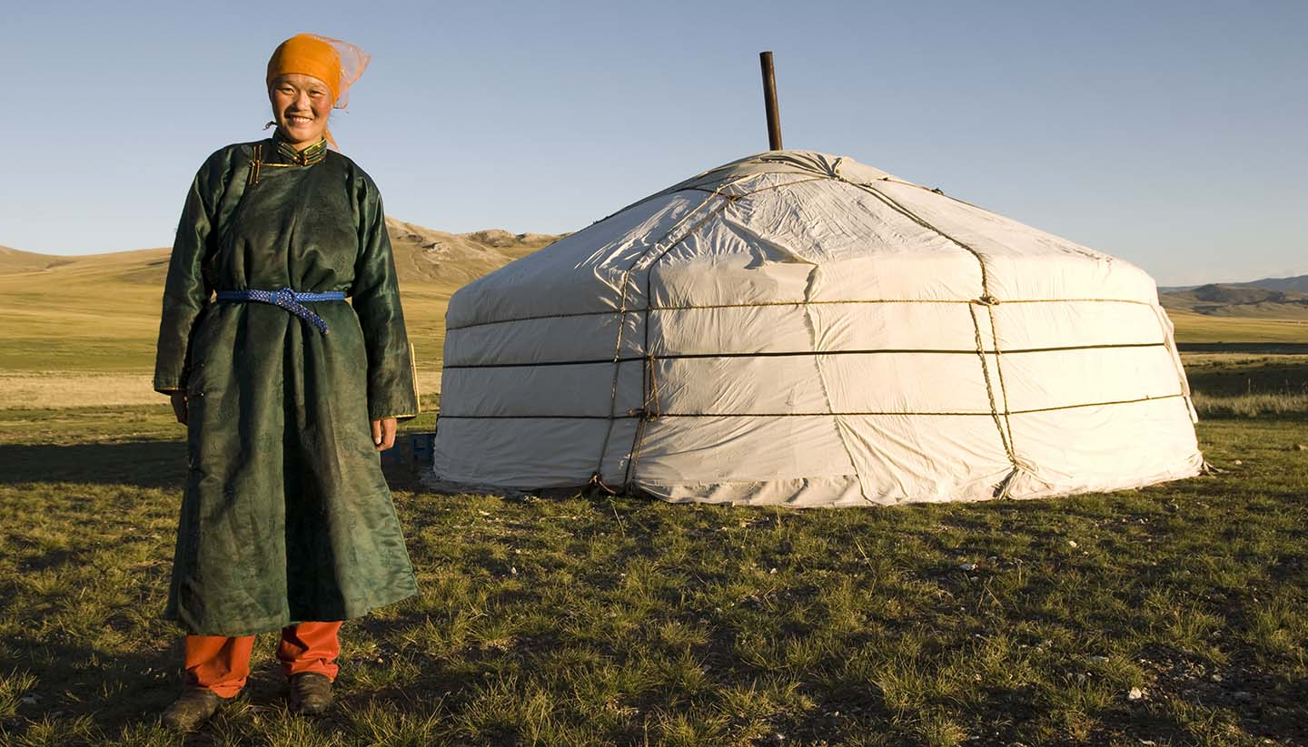 Mongolei - A portrait of an Asian female and her home