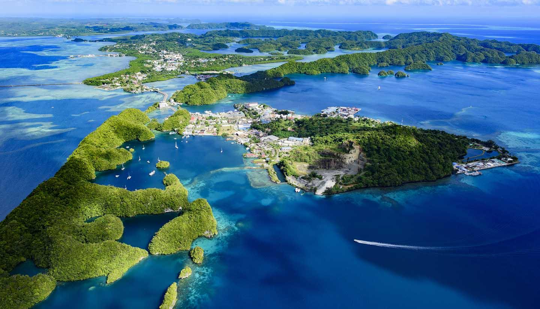 Pazifische Inseln von Mikronesien - Full view of Palau Malakal Island and Koror