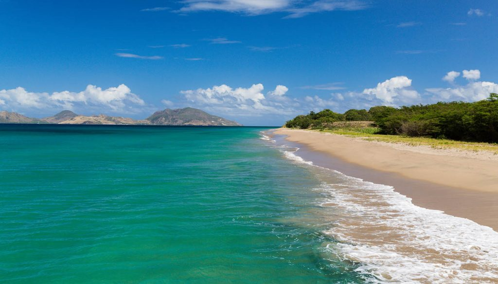 St. Kitts und Nevis - St Kitts and The Narrows from Nevis and the Beach