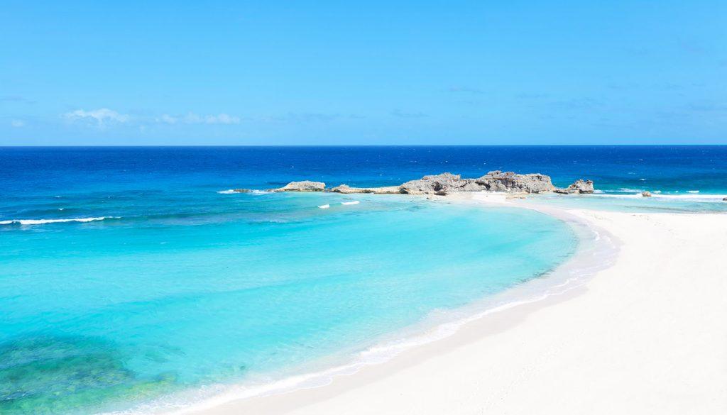 Turks- und Caicos-Inseln - Landscape of a sunny Caribbean beach