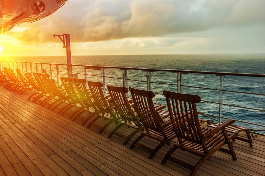 Die schönsten Kreuzfahrten im Winter und zeitigen Frühjahr - Cruise Ship Wooden Deck Chairs. Cruise Ship Main Deck at Sunset.