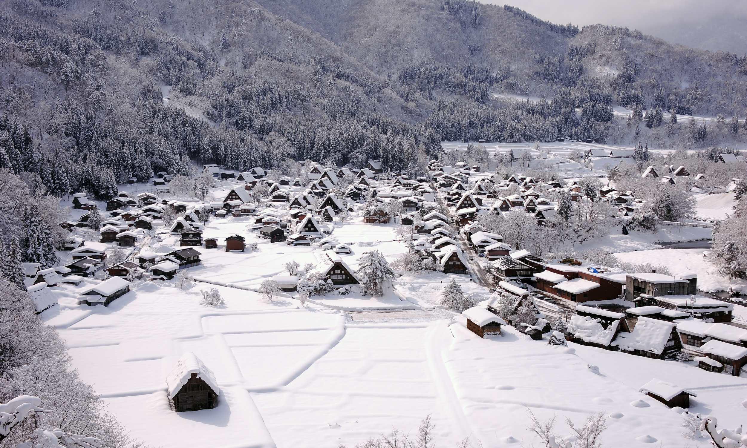 Das schneebedeckte Dorf Shirakawa-go.
