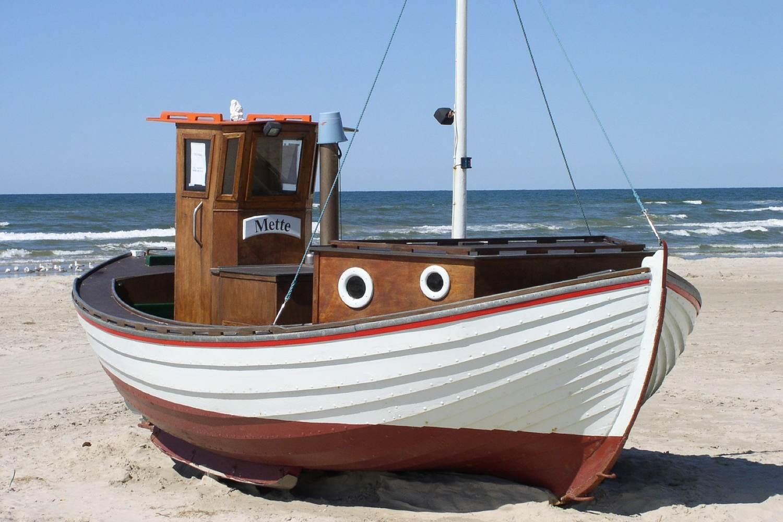 Ein charakteristisches Bild an den Nordseestränden geben die kleinen Fischerboote ab.