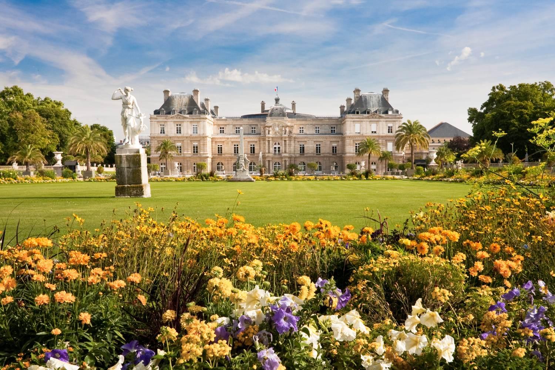 Jardin du Luxembourg mit dem Palast und der Statue
