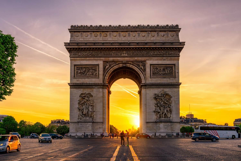 Pariser Triumphbogen auf den Champs-Élysées bei Sonnenuntergang