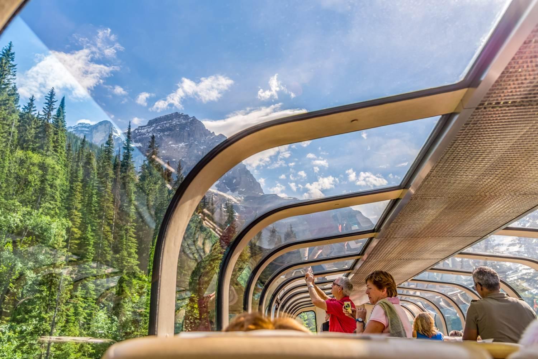 Genießen Sie von Ihrem Sitz aus die sagenhaften Ausblicke auf die kanadischen Rockies.