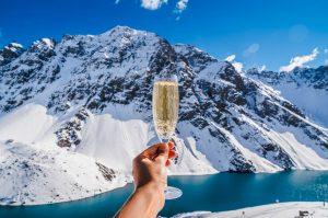 Person, die ein Glas Champagner hält