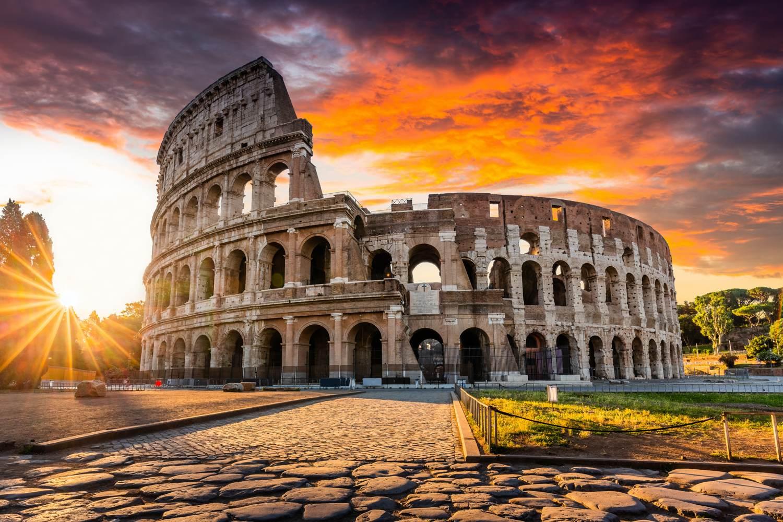 Das Kolosseum in Rom bei Sonnenaufgang